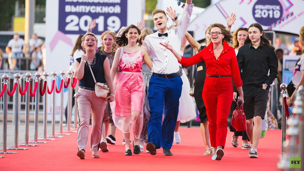 احتفالات طلاب المدارس  الثانوية الروسية بانتهاء الامتحانات