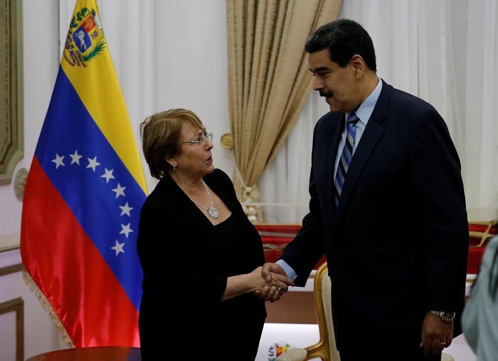 مفوضة الأمم المتحدة السامية لحقوق الإنسان  ميشيل باشليه ورئيس فنزويلا نيكولاس مادورو يلتقيان في كاراكاس
