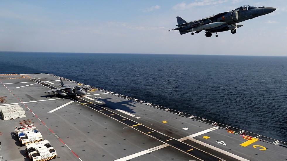 طائرة هجوم أرضي تابعة للبحرية الإسبانبة وحاملة الطائرات