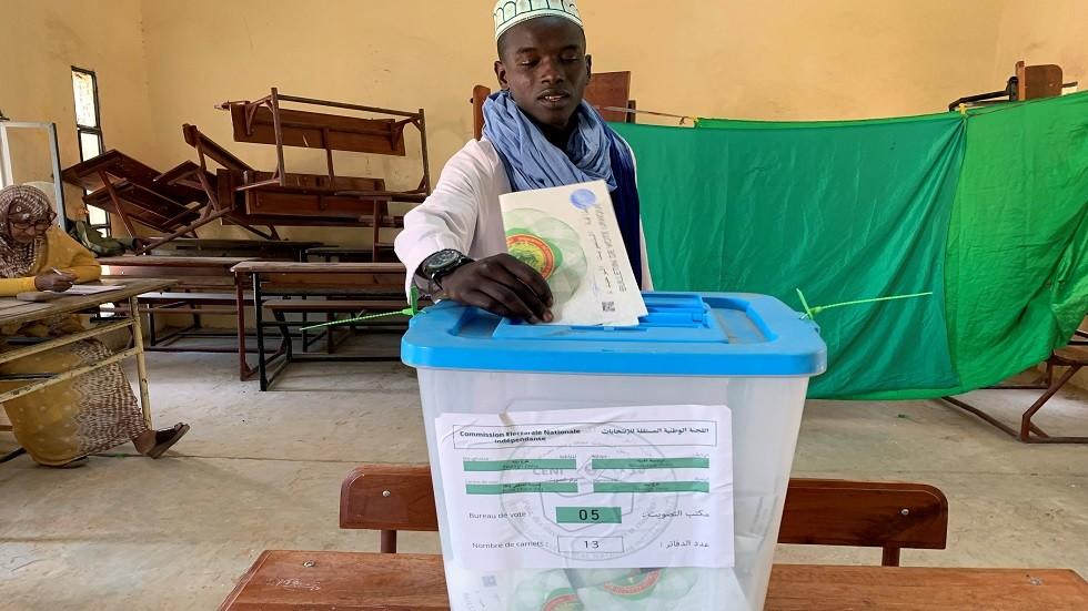 مواطن موريتاني يصوت في الانتخابات الرئاسية للبلاد