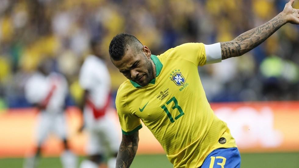 رسميا.. داني ألفيس بعد التألق مع البرازيل يعلن رحيله عن باريس سان جيرمان