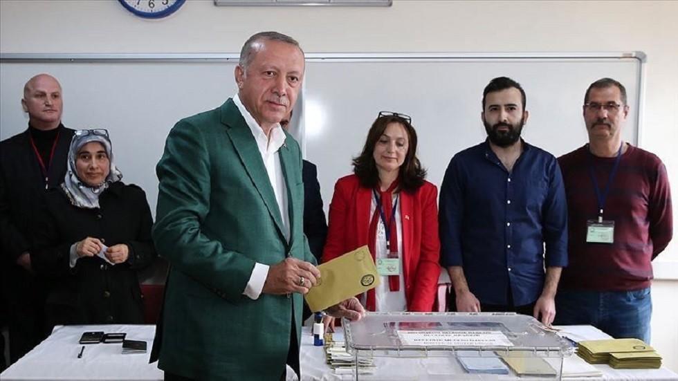 أردوغان يدلي بصوته ويعرب عن احترامه لإرادة الناخبين في اختيار رئيس بلدية اسطنبول