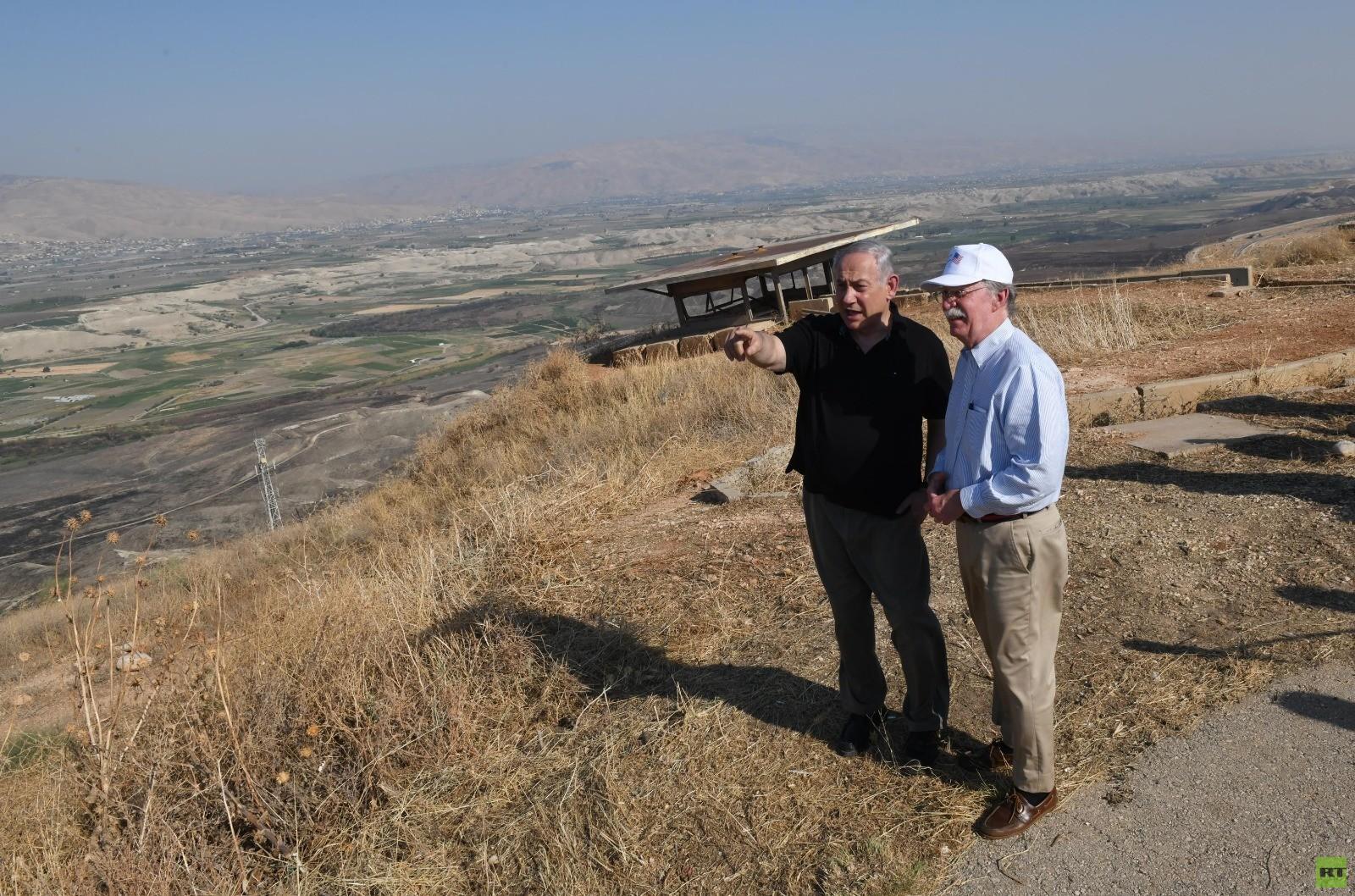 نتنياهو يصطحب بولتون بجولة في غور الأردن ويدعوه لزيارة الجولان (صور+ فيديو)