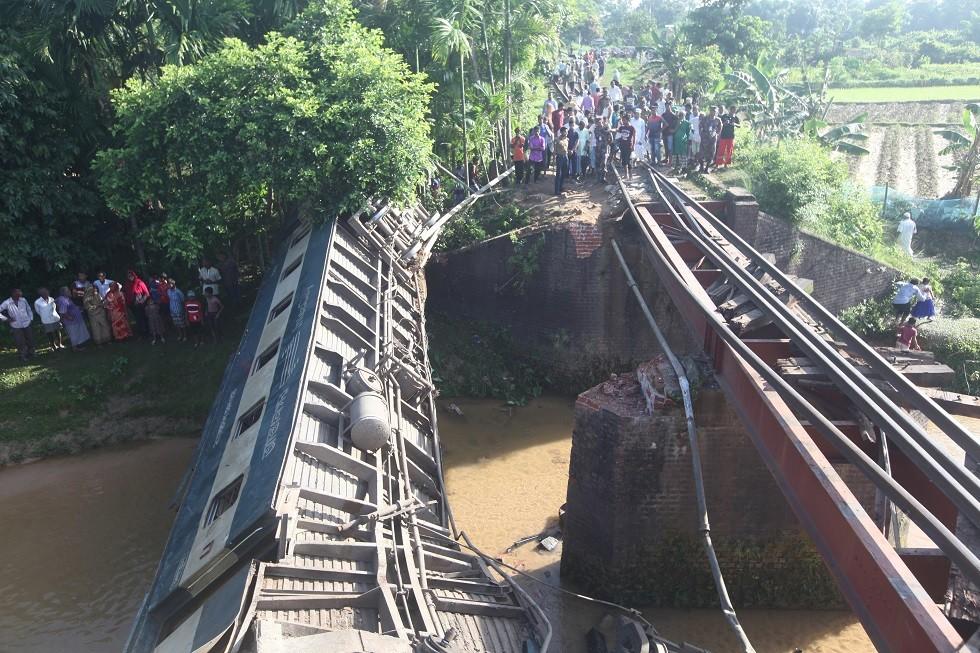 مقتل وجرح العشرات بحادث قطار في بنغلاديش