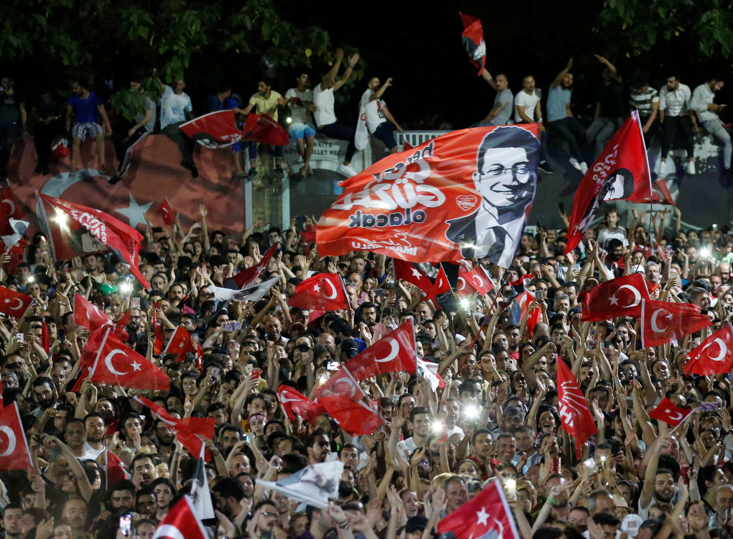 أنصار إمام أوغلو يحتفلون بفوزه برئاسة بلدية اسطنبول