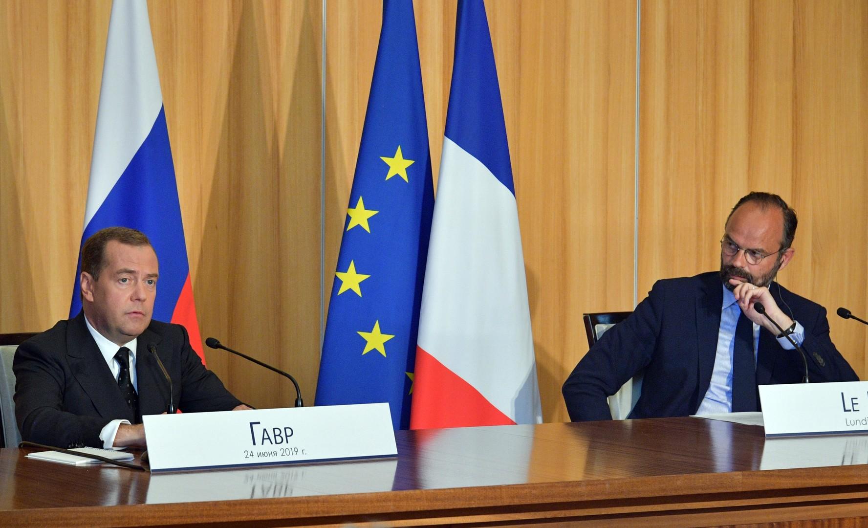 رئيس الوزراء الروسي ديمتري ميدفيديف ونظيره الفرنسي إدوارد فيليب