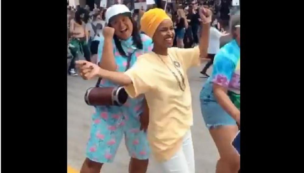 شاهد.. أول عضو مسلمة في الكونغرس الأمريكي ترقص مع المثليين