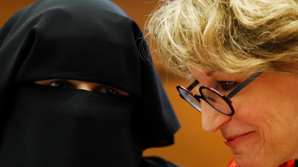 يمنى ديساي تدلي بإفادتها أمام المقررة الأممية الخاصة أغنيس كالامارد في جنيف