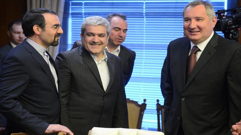 مساعد الرئيس الايراني في الشؤون العلمية والتقنية سورنا ستاري (في الوسط) خلال زيارة سابقة إلى روسيا