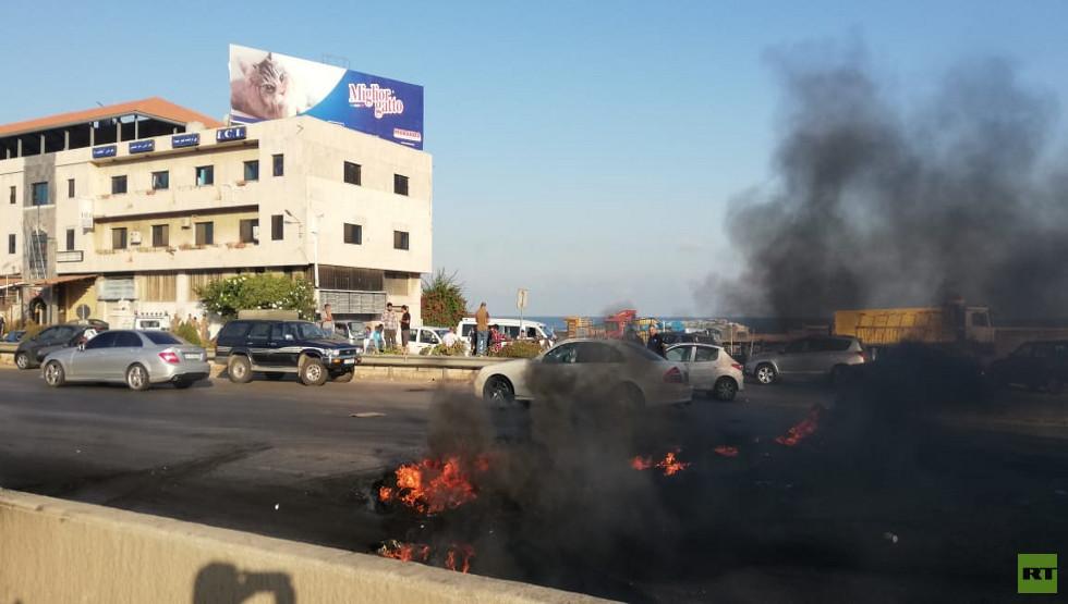 العسكريون المتقاعدون  في لبنان يغلقون الطرق المؤدية إلى العاصمة