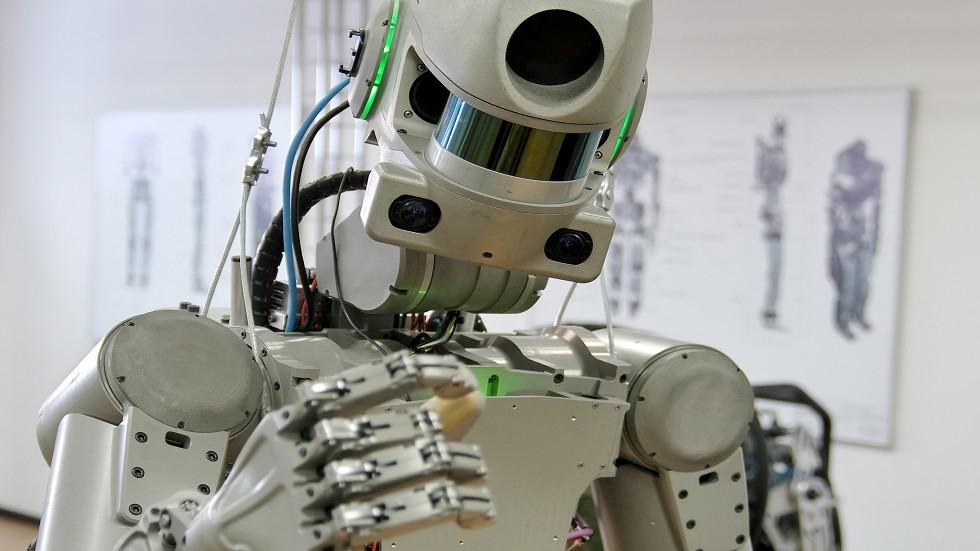 رواد الفضاء يتدربون على التعامل مع الروبوت