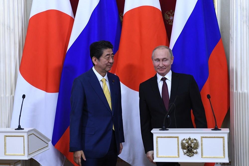 الرئيس الروسي فلاديمير بوتين ورئيس الوزراء الياباني شينزو آبي، أرشيف