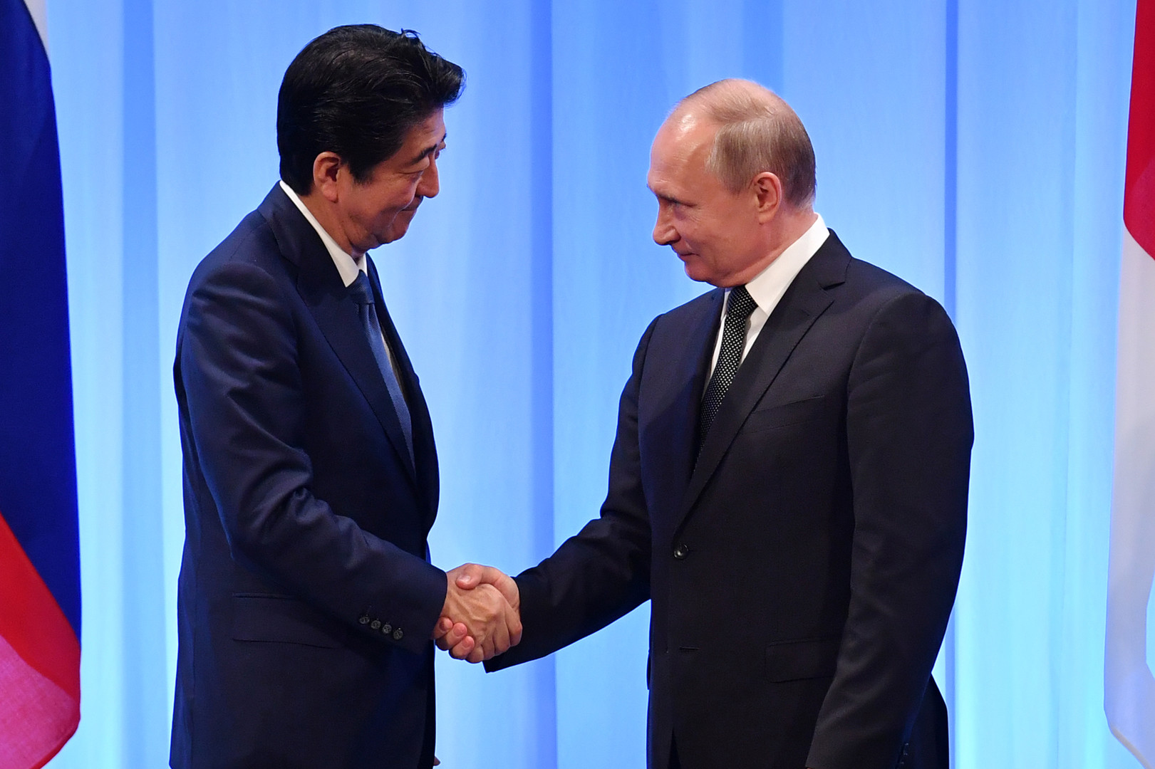 الرئيس الروسي فلاديمير بوتين ورئيس الوزراء الياباني شينزو آبي، أوساكا، 29 يونيو 2019