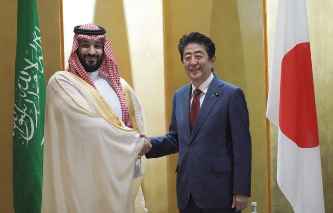 رئيس الوزراء الياباني شينزو آبي يصافح ولي العهد السعودي الأمير محمد بن سلمان خلال اجتماع ثنائي في مدينة أوساكا اليابانية