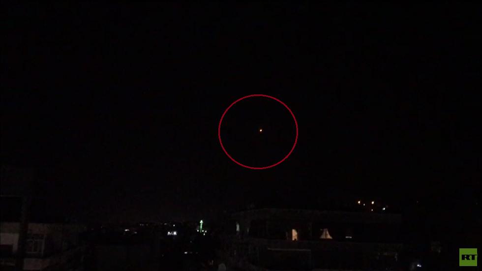 سوريا.. الدفاعات الجوية تتصدى لهجوم صاروخي في محيط دمشق وريف حمص الغربي (صور + فيديو)