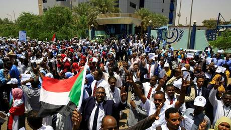 Two dead and wounded during an attempt to break the sit-in in front of the army headquarters in Khartoum