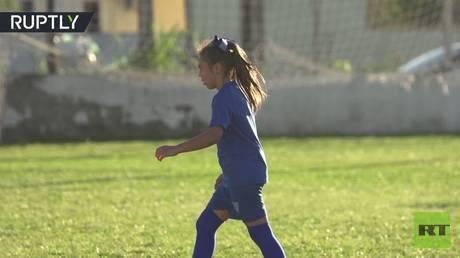 تعرف فتاة برازيلية موهوبة تلعب كرة في مع الشبان