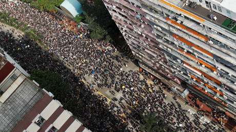 Despite the suspension of the controversial bill, thousands continue to demonstrate in the streets of Hong Kong
