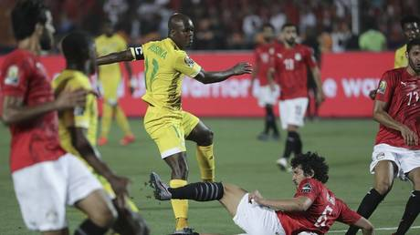 "Watch .. A player ""oddly"" misses a golden opportunity to score in the African Cup"