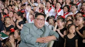 صورة لزعيم كوريا الشمالية محاطا بفتيات صغيرات تثير فضول وسائل الإعلام