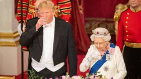 ترامب في حضرة إليزابيث الثانية.. فصل جديد من الخروج عن البروتوكول الملكي
