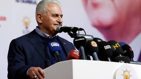 رئيس الوزراء التركي السابق يرتدي خاتما مزينا