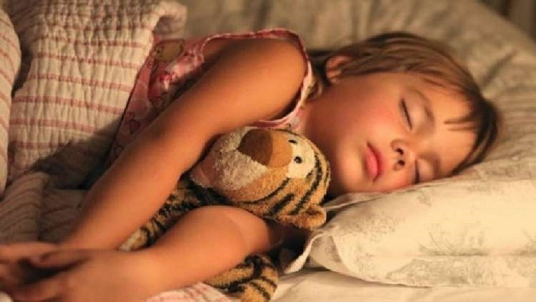 دراسة تحذر: الأطفال يستنشقون مواد كيميائية مرتبطة بالسرطان من فراش النوم