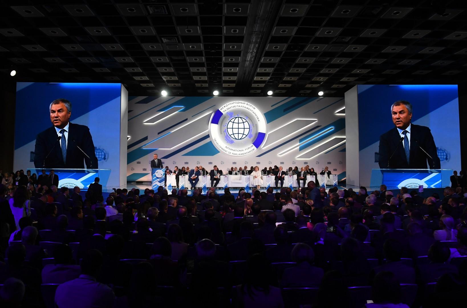رئيس مجلس الدوما الروسي، فياتشيسلاف فولودين يلقي كلمة في المنتدى الدولي الثاني