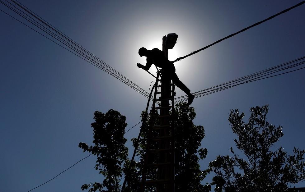 عامل صيانة كهرباء في العراق - أرشيف -