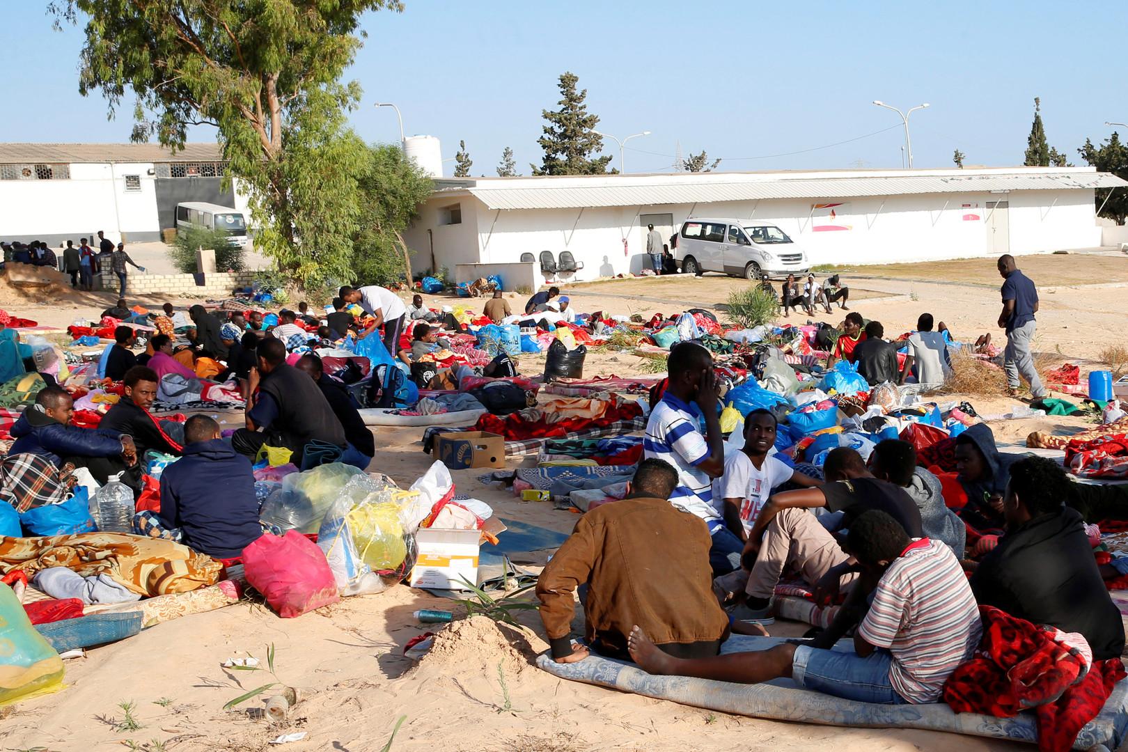 مهاجرون بالقرب من مركز الإيواء المستهدف بغارة جوية