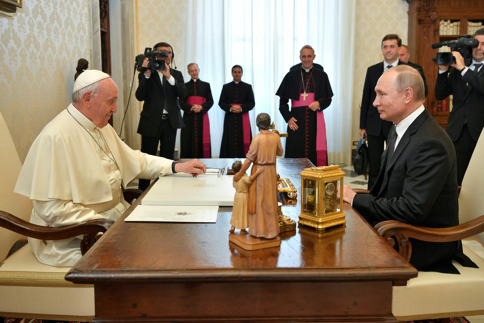 لقاء يجمع بوتين والبابا فرنسيس في الفاتيكان