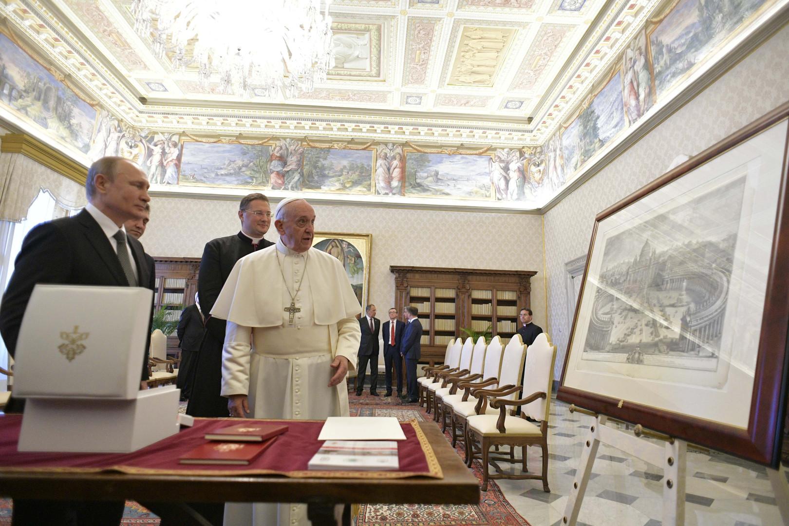 بوتين والبابا فرنسيس يتبادلان الهدايا