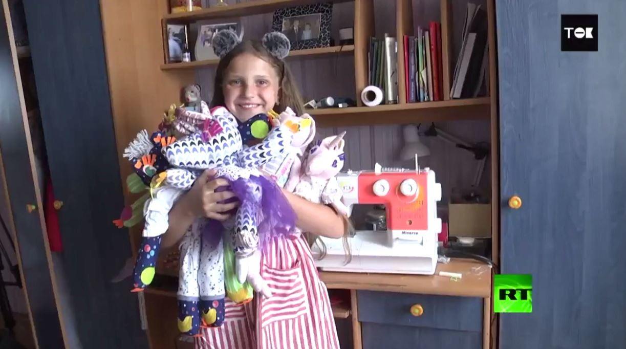 طفلة تصنع وتبيع الدمى لتأمين علاج زميلها من السرطان