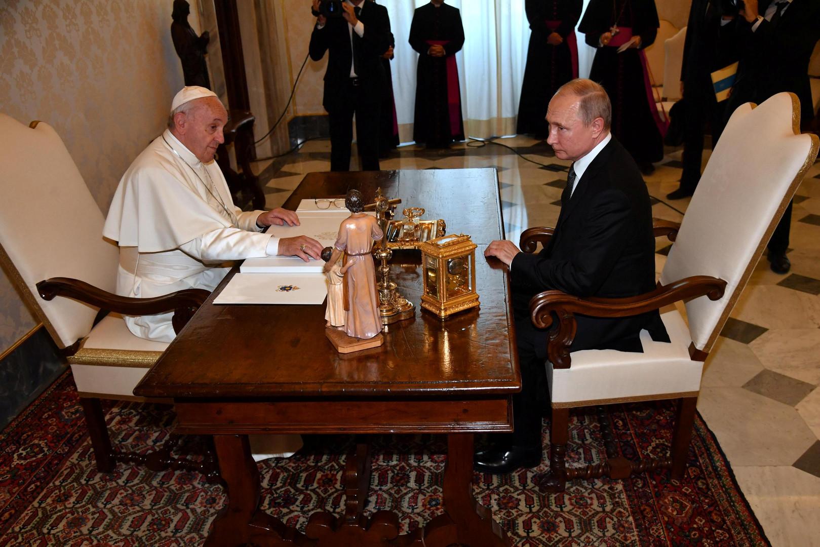الرئيس الروسي فلاديمير بوتين أثناء لقائه البابا فرنسيس في الفاتيكان