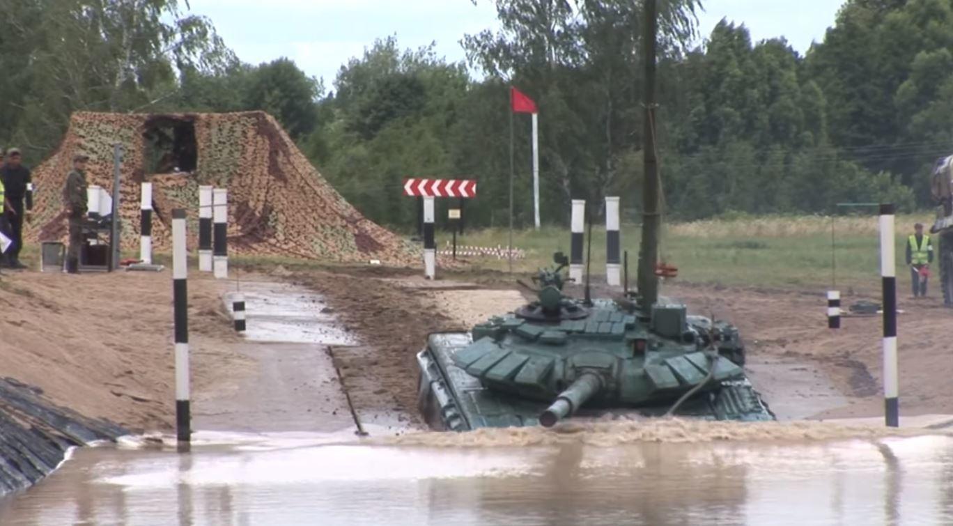 شاهد.. دبابات الجيش الروسي تمشي تحت الماء