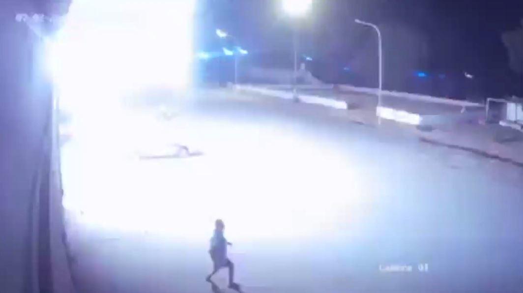 فيديو من كاميرات المراقبة.. لحظة قصف تاجوراء الليبية