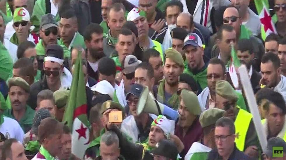 آلاف الجزائريين يتظاهرون بذكرى الاستقلال