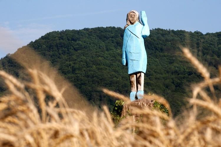 افتتاح تمثال لميلانيا ترامب في مسقط رأسها (صور)