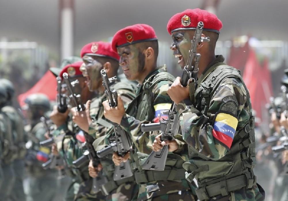 فنزويلا تحيي عيد استقلالها بعرض عسكري وتظاهر المعارضة