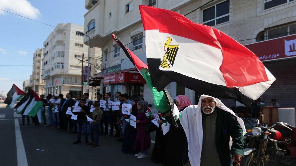 عجوز فلسطيني يرفع علم مصر في غزة - أرشيف