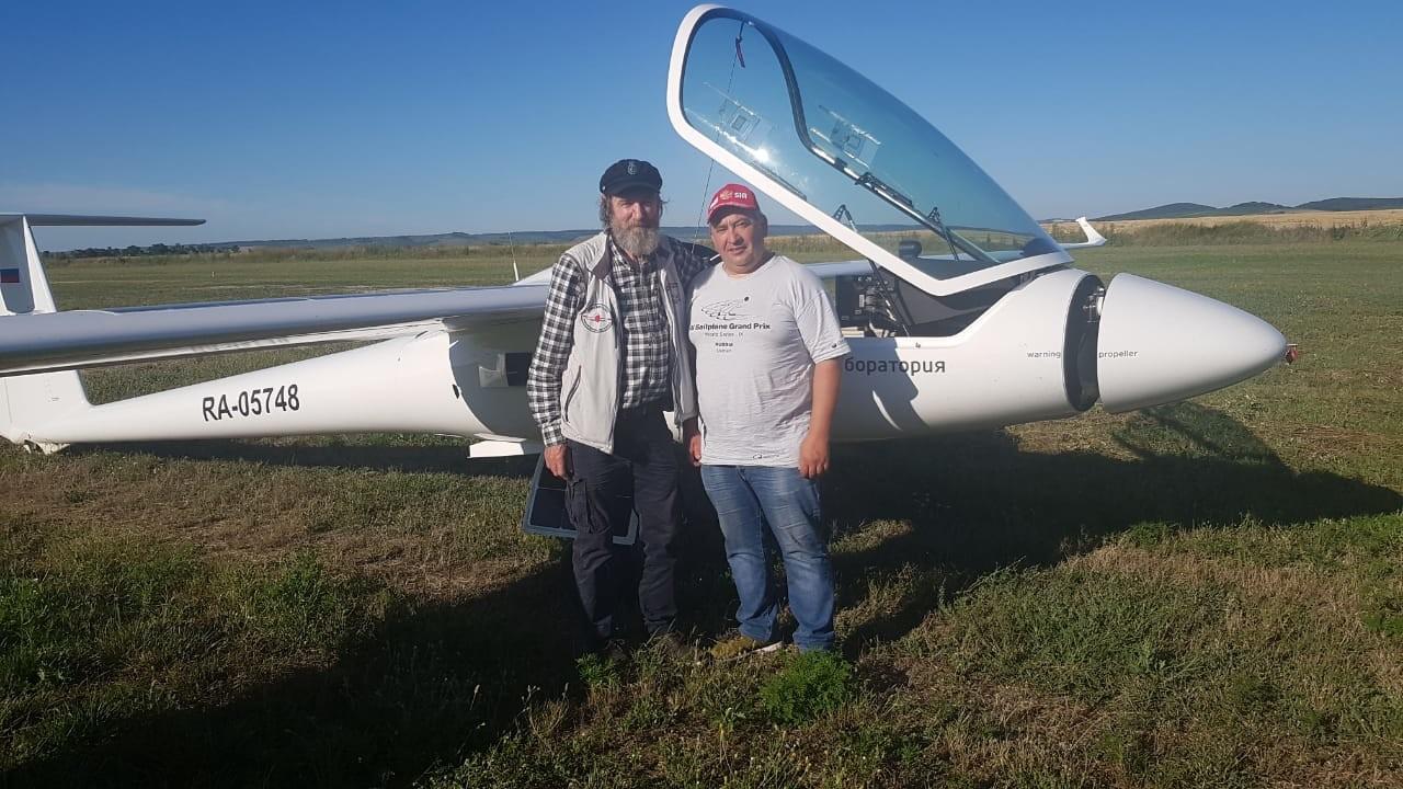 رحال روسي يقوم برحلة إلى القرم على متن طائرة شمسية