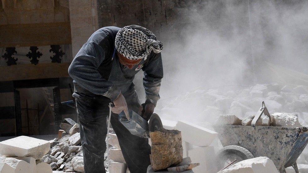عامل سوري في أحد مواقع البناء - أرشيف