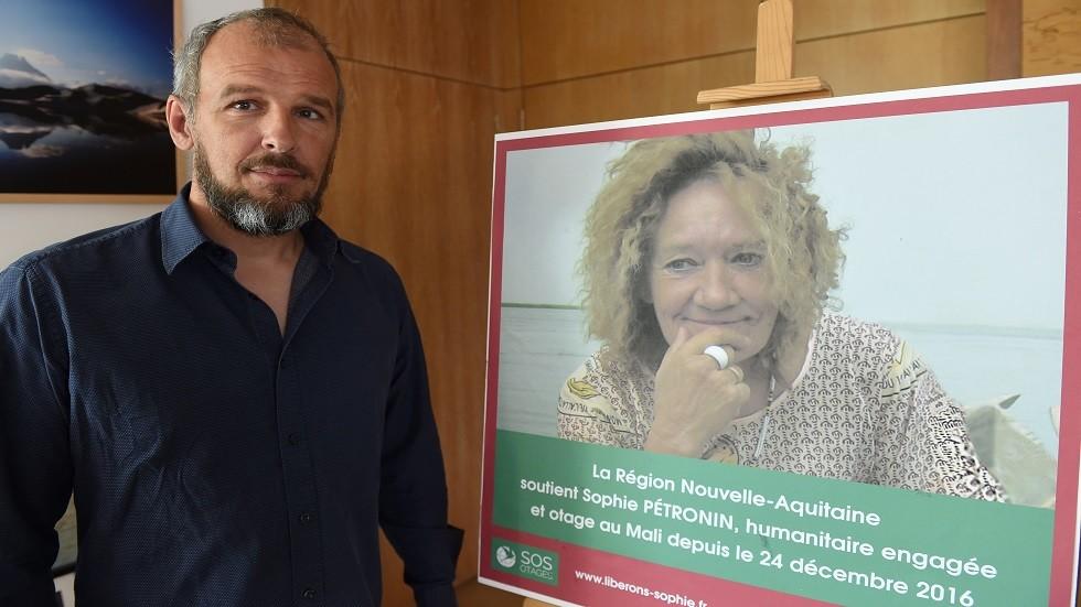 سيباستيان يقف إلى جانب صورة والدته صوفي المختطفة في مالي