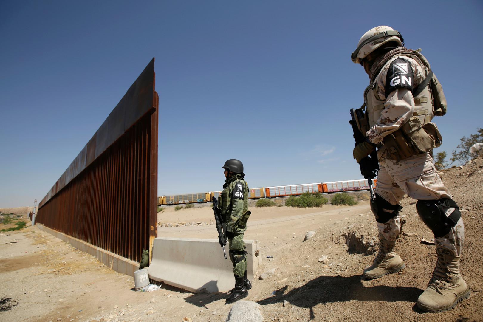 المكسيك تضبط 51 مهاجرا مخالفا في شاحنة واحدة