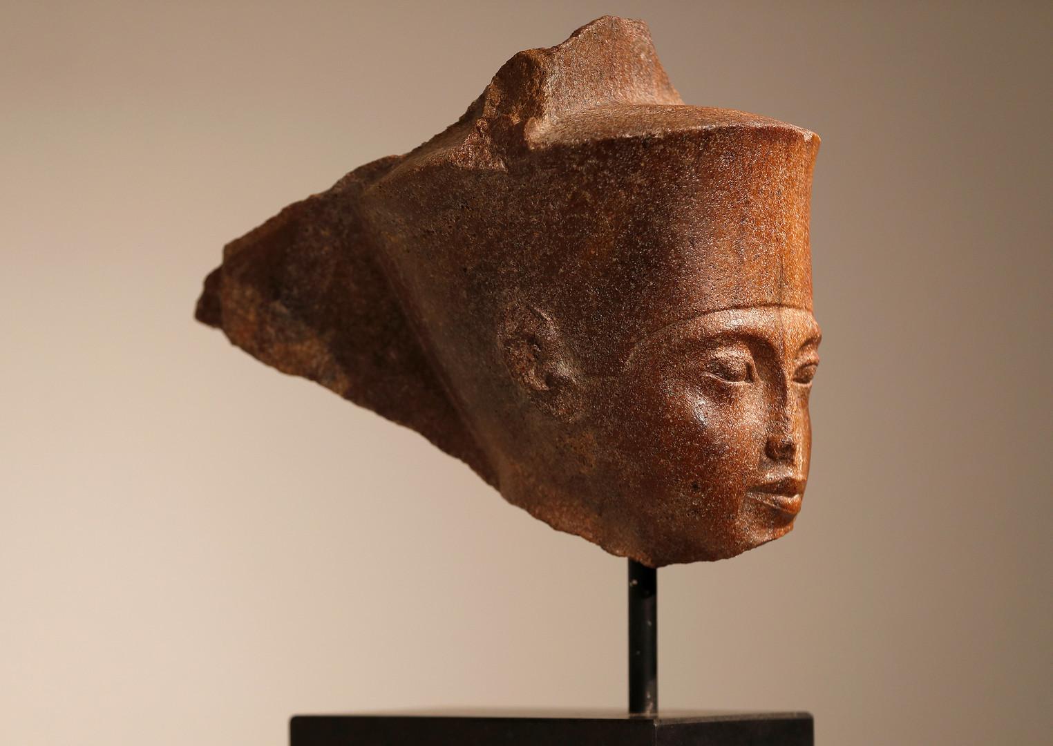 رأس تمثال الفرعون المصري، توت عنخ آمون، الذي تم بيعه في صالة المزادات