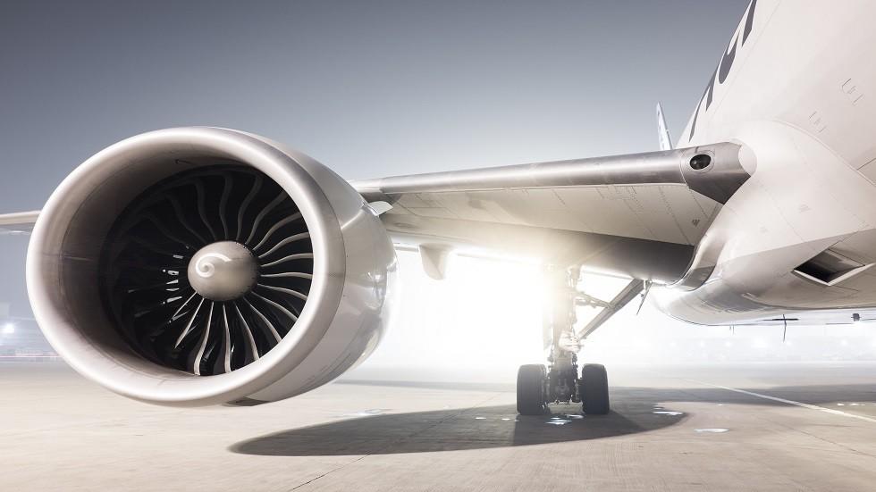 لحظة مرعبة لاشتعال محرك طائرة في منتصف الرحلة