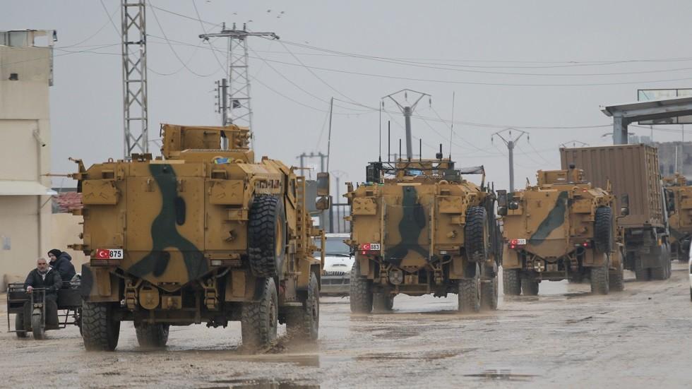 دفعة جديدة من التعزيزات العسكرية التركية تصل الحدود مع سوريا