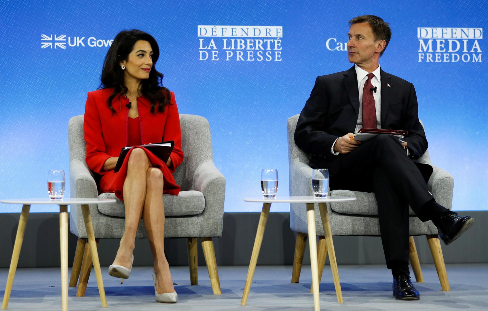 وزير الخارجية البريطاني جيريمي هانت ومبعوثته الخاصة لشؤون حرية وسائل إعلام أمل كلوني في المؤتمر العالمي لحرية وسائل الإعلام في لندن، 10 يوليو 2019