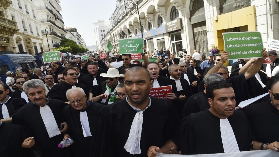 مئات المحامين يتظاهرون في الجزائر للمطالبة باستقلالية القضاء