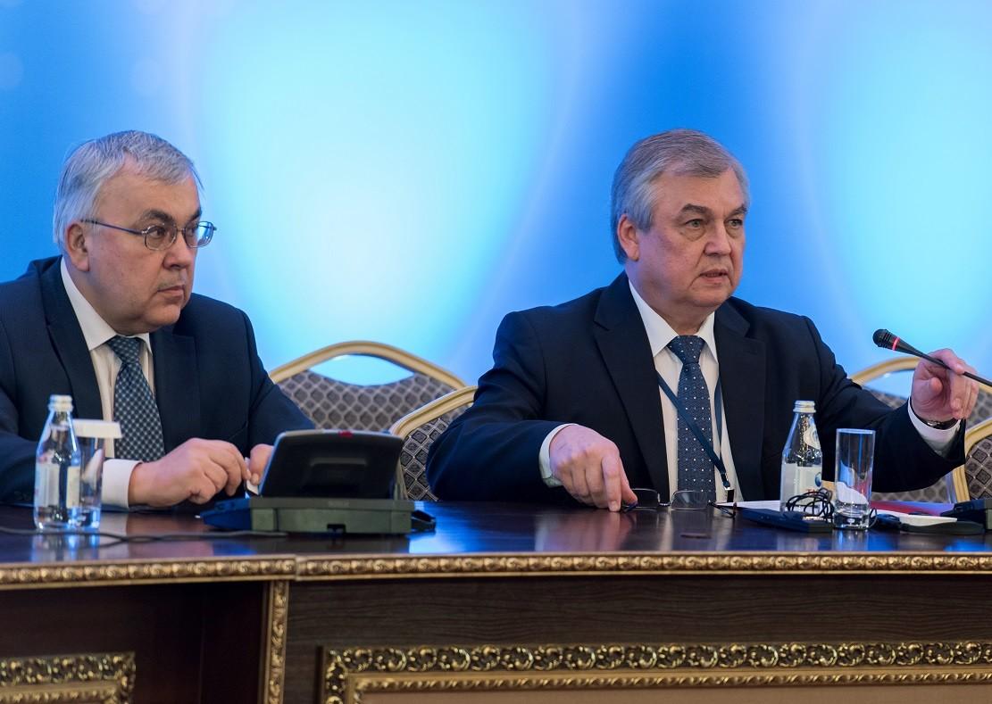 المبعوث الخاص للرئيس الروسي إلى سوريا، ألكسندر لافرينتييف (يمين)، ونائب وزير الخارجية الروسي، سيرغي فيرشينين